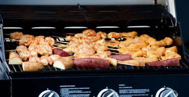 barbecue de gaz avec grillade