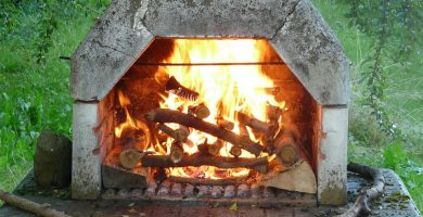 barbecue en pierre avec feu allumé